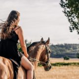 馬に乗ってる女性